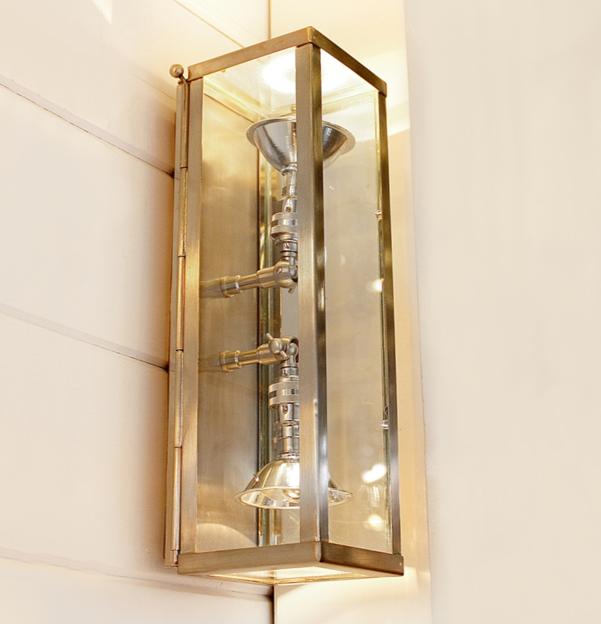 up and down manufaktur leuchte vitrine marron terra lumi. Black Bedroom Furniture Sets. Home Design Ideas